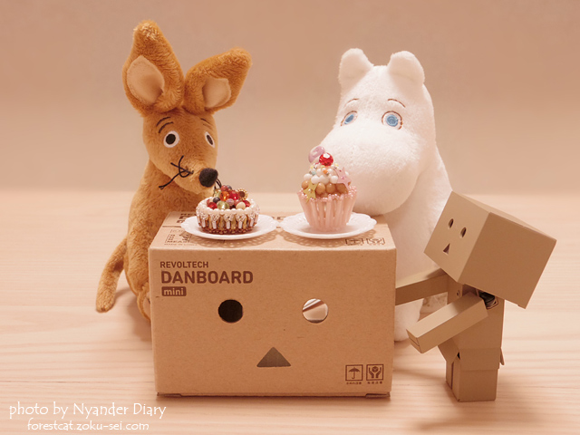 ムーミンとスニフ、ダンボーからのケーキを召し上がれ