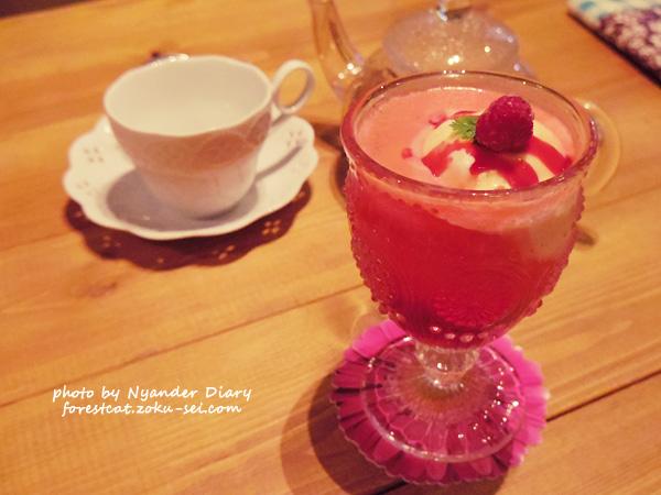 猫カフェ デザートドリンク 苺クリームソーダ